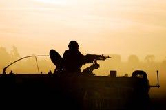 solnedgång för armésilhouettesoldat Fotografering för Bildbyråer