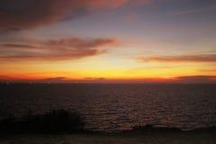 Solnedgång för Asien havsafton på klippor Arkivfoto