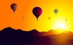 Solnedgång för ballonger för varm luft på Berg-vektor Royaltyfri Foto