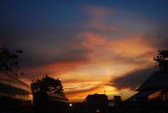 Solnedgång för bussstation Arkivbilder