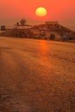 solnedgång för fältvägsommar Arkivbilder