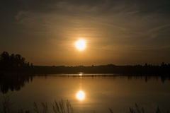 Solnedgång för för sommarlandskaprosa färger och apelsin över Royaltyfria Bilder