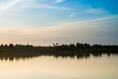 Solnedgång för för sommarlandskaprosa färger och apelsin över Royaltyfria Foton