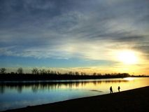 solnedgång för familj en Arkivfoto