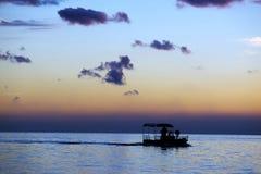solnedgång för fartygfiskesegling Royaltyfria Bilder
