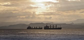 solnedgång för fartyglasttransport Arkivbilder