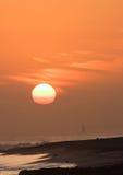 solnedgång för fjärdhalvmånesegling Royaltyfri Bild