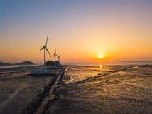 Solnedgång för flyg- sikt av vindturbinen i den Daebudo ön, Sydkorea Royaltyfri Bild