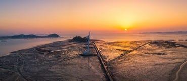 Solnedgång för flyg- sikt av vindturbinen i den Daebudo ön, Sydkorea Fotografering för Bildbyråer
