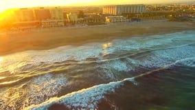 Solnedgång för flyg- sikt på den medelhavs- kusten arkivfilmer