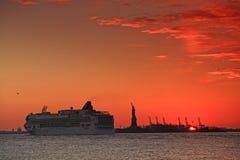 solnedgång för frihetsilhouettestaty Royaltyfri Foto
