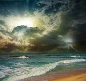 Solnedgång för galenskapstrandhav Arkivbilder