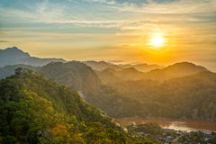 Solnedgång för gröna kullar Arkivfoton
