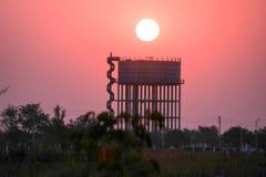 Solnedgång för Gsg wildifefotografi ner i fördämning Royaltyfri Bild