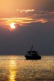 Solnedgång för himmel för havsfartyg Arkivbild