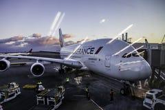 Solnedgång för internationell flygplats för JFK med luft för Air France flygbuss A380 Arkivfoto