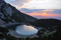 solnedgång för lakemontenegro berg Royaltyfria Bilder