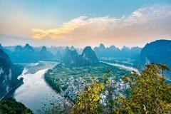Solnedgång för landskap för Guilin Guangxi, Kina Yangshuo län Xingping stad arkivfoton