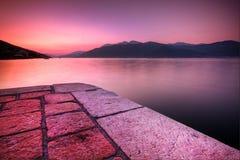solnedgång för liggandemontenegro od sjösida Fotografering för Bildbyråer