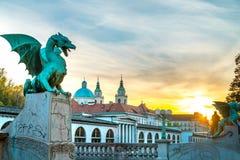 Solnedgång för Ljubljana drakebro arkivfoto