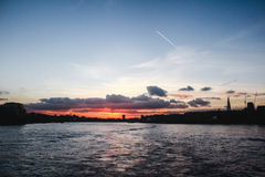 Solnedgång för London flodThemsen royaltyfri foto