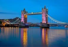 Solnedgång för London tornbro på Thames River royaltyfri foto