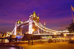 Solnedgång för London tornbro på Thames River fotografering för bildbyråer