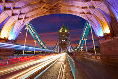 Solnedgång för London tornbro på Thames River royaltyfri bild