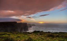 solnedgång för moher för clare klippaco ireland Clare Ireland Arkivfoton