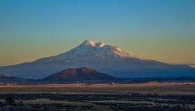 Solnedgång för Mt Shasta Royaltyfri Foto