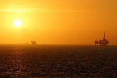 Solnedgång för olje- plattform Royaltyfria Foton