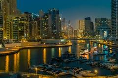 solnedgång för plats för cityscapedubai marina panorama- Arkivbild