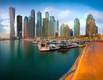 solnedgång för plats för cityscapedubai marina panorama- Arkivfoton