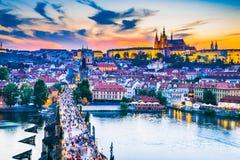 Solnedgång för Prague slott över Charles Bridge, Tjeckien arkivbilder