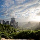 solnedgång för rocks för greece meteora dimmig fotografering för bildbyråer