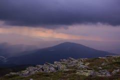 Solnedgång för stormen i bergen Arkivbild