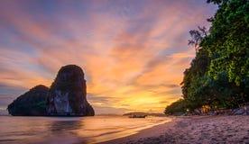 Solnedgång för strand för Phra nanggrotta Royaltyfri Bild