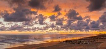 Solnedgång för strand för stackmolnmoln Royaltyfri Foto