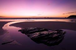 solnedgång för strandcornwall liggande Royaltyfri Bild