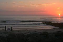 solnedgång för strandmatställeromantiker Arkivfoton