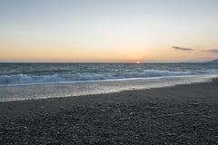 solnedgång för strandpebbleseascape stormigt hav Fotografering för Bildbyråer