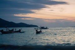 Solnedgång för Thailand Phuket havsfartyg arkivbilder