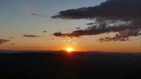 Solnedgång för Tid schackningsperiod över det Vitosha berget nära Sofia, Bulgarien Sikt från den Kopitoto kullen lager videofilmer