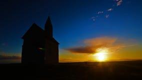 Solnedgång för Tid schackningsperiod med kyrkan på kullen arkivfilmer