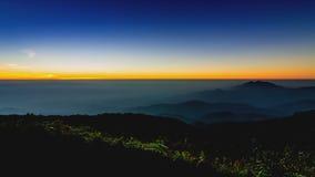 Solnedgång för Tid schackningsperiod på dalen av doiinthanonnationalparken Chiang Mai, Thailand arkivfilmer