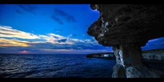 Solnedgång för Tid schackningsperiod på grottorna Cypern (4K) arkivfilmer