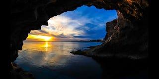 Solnedgång för Tid schackningsperiod till och med en grotta Cypern (4K)