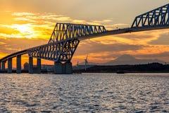 Solnedgång för Tokyo portbro Arkivfoton