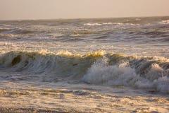 Solnedgång för vattenvågor Arkivfoton