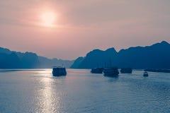 Solnedgång för Vietnam Mummel-lång fjärdöar Royaltyfri Foto